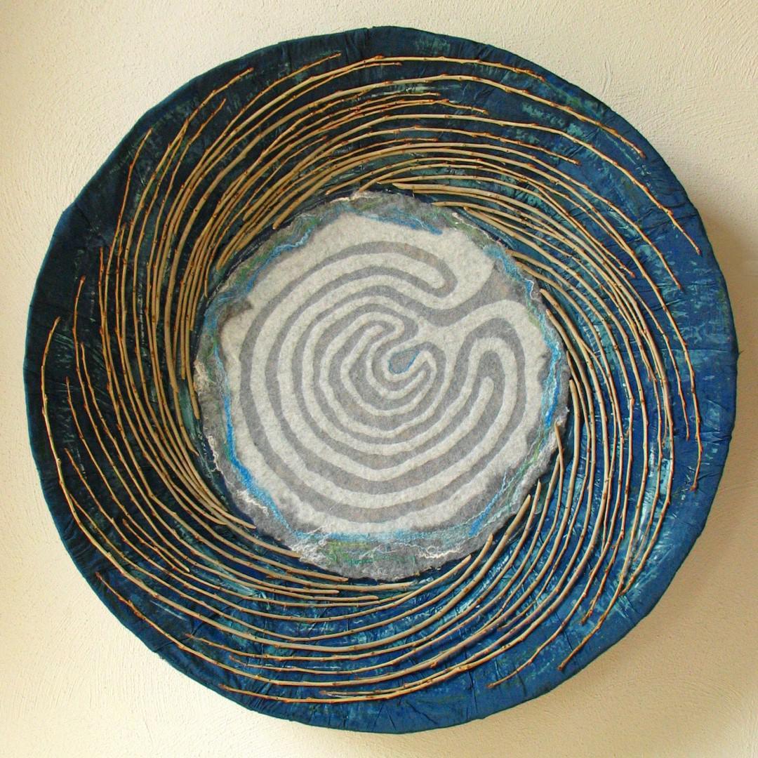 leven vanuit de bron labyrint met wol, zijde en hout